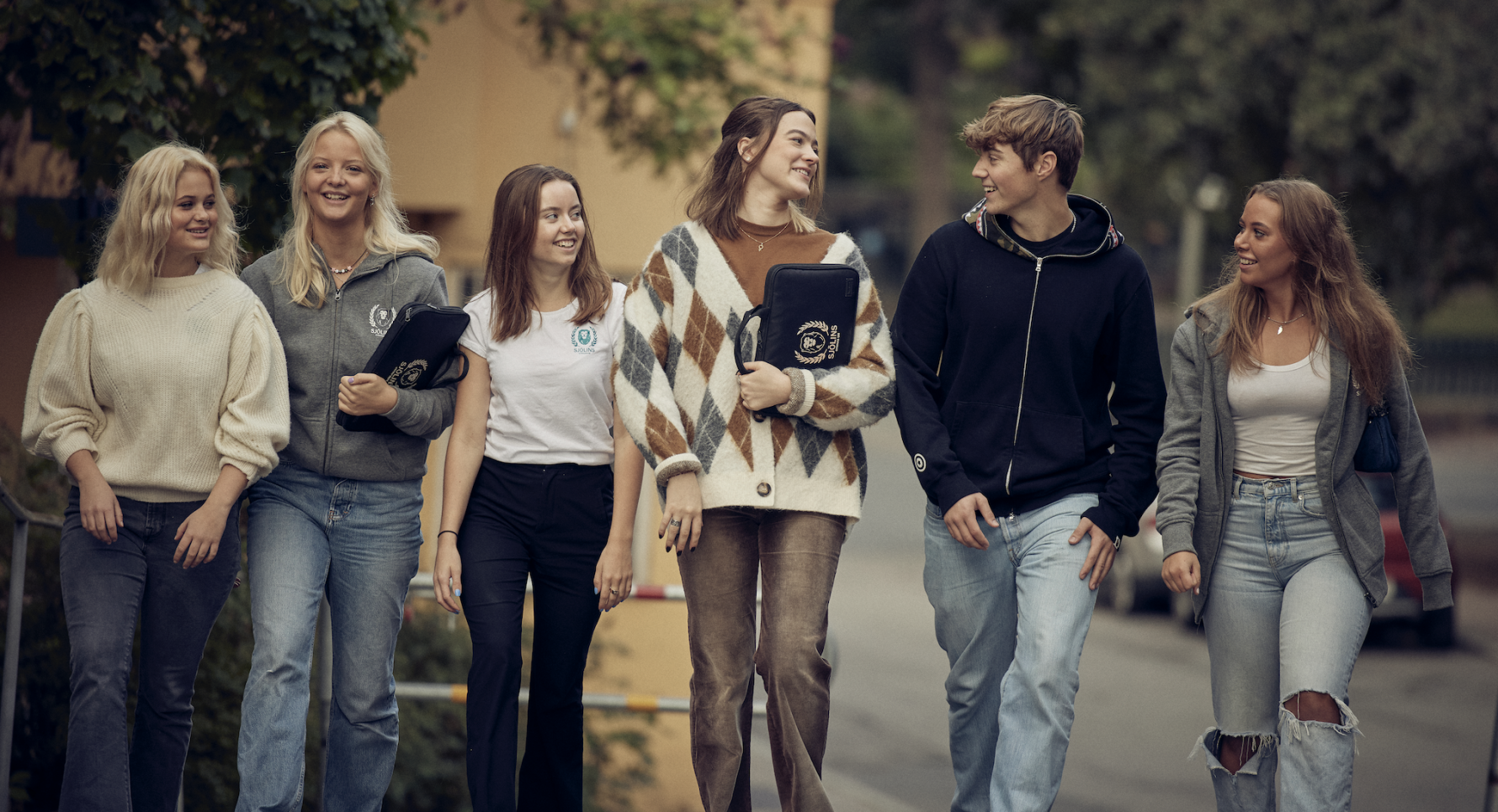 Elever ser nöjda ut på väg till Sjölins Gymnasium.