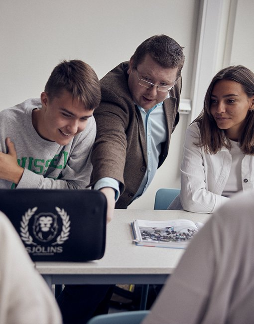 Två elever och en lärare i Sjölins Gymnasium.