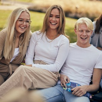Elever skrattar vid Sjölins Gymnasium.
