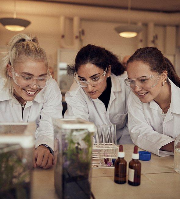 Kemisalen och tre elever på Sjölins gymnasium.