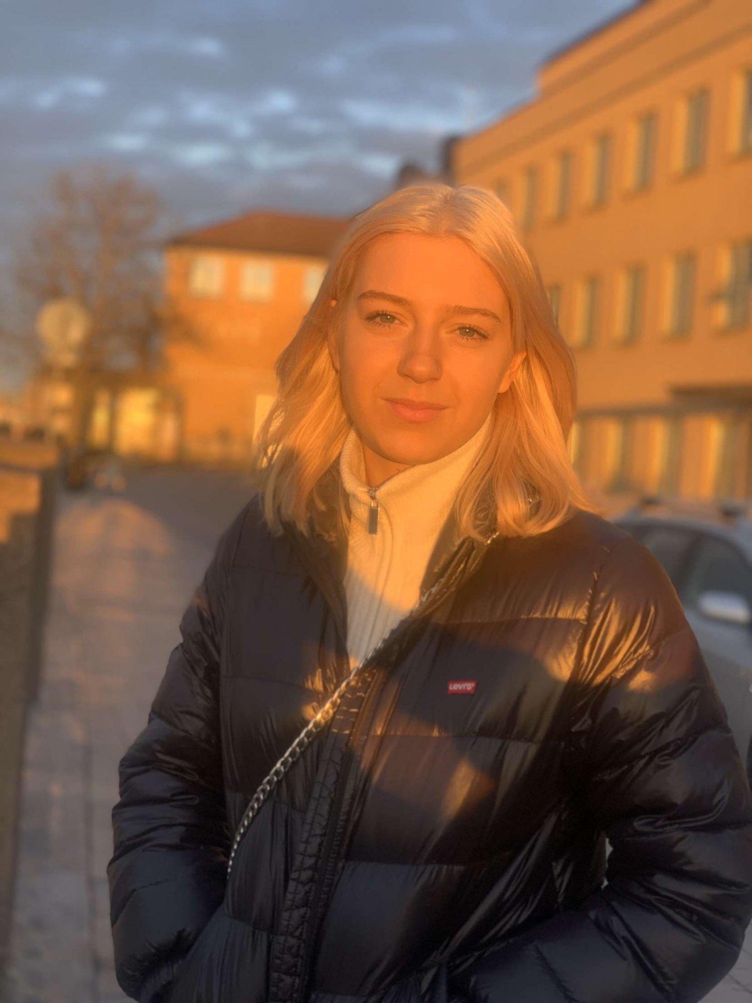 Porträtt på elev en höstdag vid Sjölins Gymnasium.