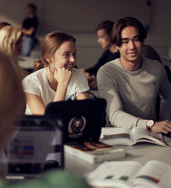 Elever på Sjölins gymnasium studerar.