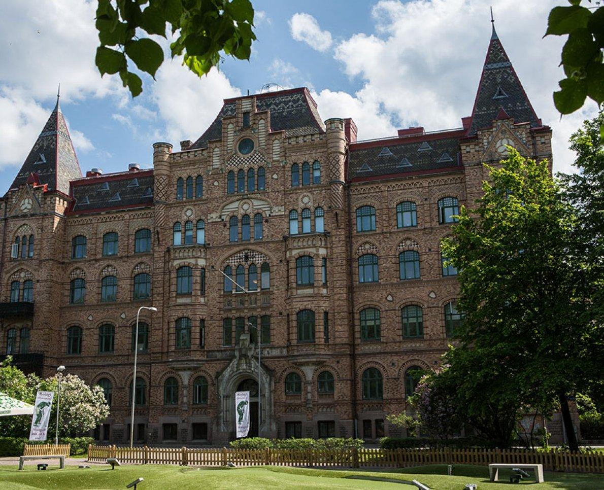 Fina byggnaden som Sjölins Gymnasium ligger i.
